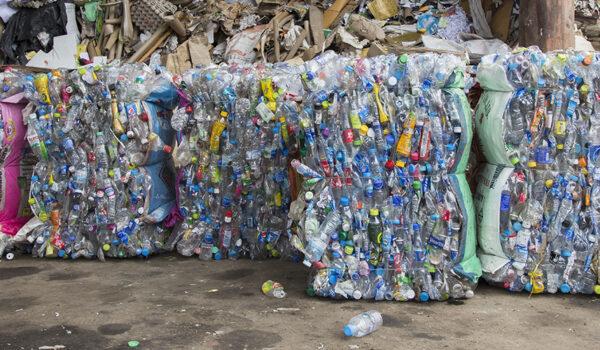 Store bunter med resirkulerte plastflasker på et anlegg i Thailand