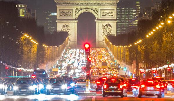 Tett med biler foran Triumfbuen i Paris